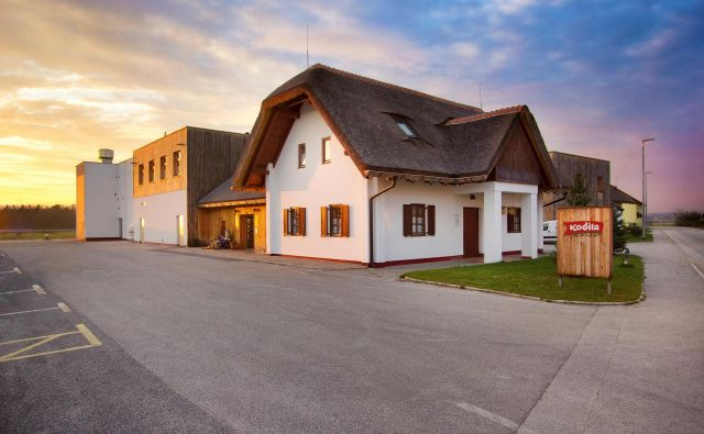 Šunkarna Kodila je videti kot tradicionalna prekmurska domačija z veliko gümlo. FOTO: arhiv Šunkarne Kodila