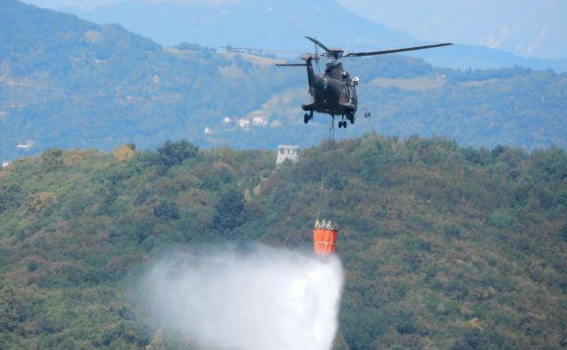 Na pomoč je priletel tudi helikopter Slovenske vojske (simbolična fotografija) FOTO: Blaž Močnik/Delo