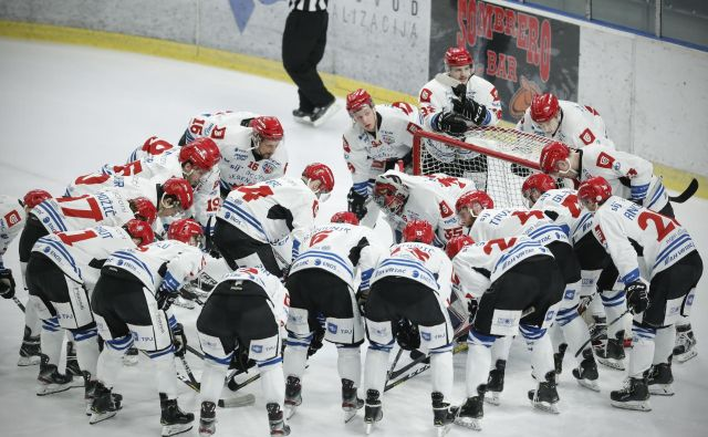 Jeseniški hokejisti so se odrezali z izjemnim moštvenim duhom in že drugič zapored v šestih dneh ugnali Ljubljančane. FOTO: Uroš Hočevar/Delo