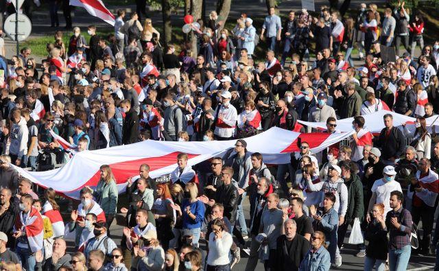 Včeraj so se na ulicah beloruskih mest spet zbrale množice protestnikov, ki ne verjamejo izidom avgustovskih predsedniških volitev, na katerih so dosedanjemu voditelju države Lukašenku namerili več kot 80 odstotkov glasov. FOTO: Reuters