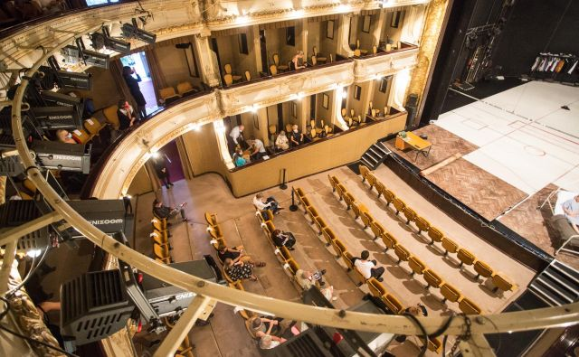 V ljubljanski Drami v skladu s trenutnimi predpisi predstavo na velikem odru hkrati spremlja nekaj manj kot 70 gledalcev. Foto Katja Kodba