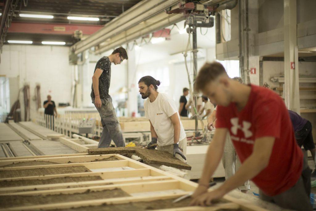 Na trgu dela ukrepi (še) delujejo, za zdaj boljši obeti za industrijo