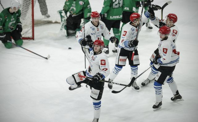 Jeseniški hokejisti so v vitrino pospravili prvo lovoriko v tej sezoni. FOTO: Uroš Hočevar