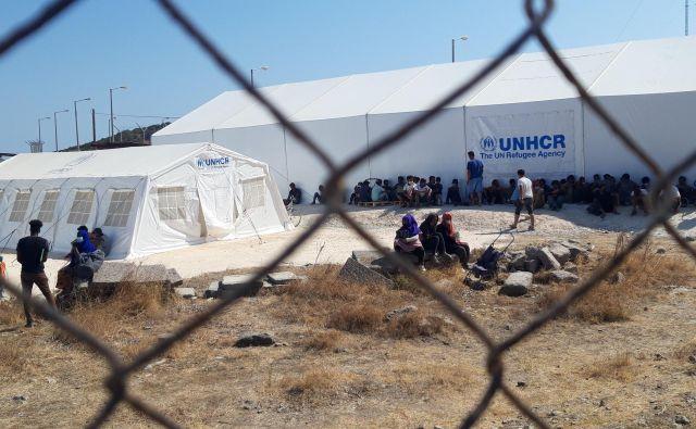 Stotine izčrpanih ljudi je v soboto dopoldan stalo v vrsti pred novim, uradno le začasnem taboriščem Kara Tepe. FOTO: Boštjan Videmšek