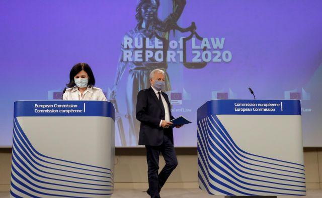 Evropska komisarka za vrednote in transparentnost Vera Jourova ter komisar za pravosodje Didier Reynders med predstavitvijo poročila o vladavini prava. Olivier Hoslet/Reuters