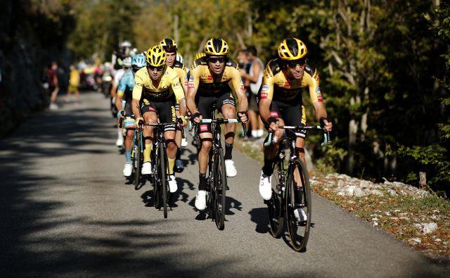 Do 20. etape dirke po Franciji je moštvo Jumbo Visme narekovalo ritem, v odločilni vožnji na čas pa je postalo očitno, da je vleklo taktično napačne poteze. FOTO: Benoit Tessier/Reuters