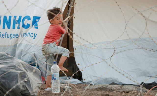 Grške oblasti so v dogovoru z Brusljem postavile nov, gigantski kamp. FOTO: Yara Nardi/Reuters