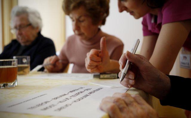 V času epidemije so oboleli za demenco na slabšem kot drugi bolniki. Foto Uroš Hočevar