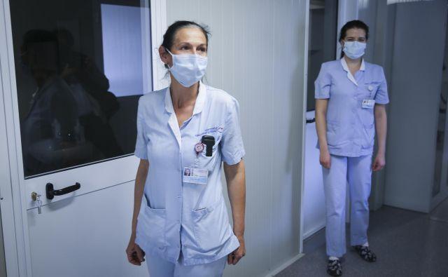 Glavni problemi na področju zdravstvene in babiške nege so veliko pomanjkanje kadra, slabe delovne razmere ter zastareli kadrovski standardi in normativi, ki niso več primerni za kakovostno in varno zdravstveno obravnavo pacientov, pravi Monika Ažman. FOTO: Jože Suhadolnik/Delo