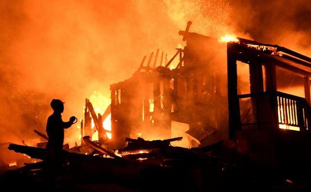 Eden od mnogih domov, ki jih je uničil požar Bobcat. FOTO: Gene Blevins/Reuters