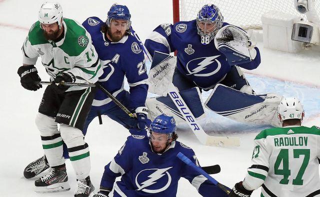 Druga finalna tekma NHL med hokejisti Tampe (v modrih dresih) in Dallasa je ponudila zelo napete zadnje minute. FOTO: Bruce Bennett/AFP