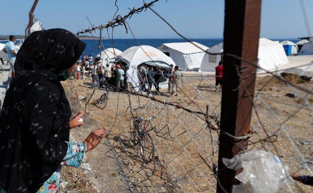V novem začasnem taborišču za migrante na grškem otoku Lezbos je z novim koronavirusom okuženih več kot 240 prosilcev za azil. FOTO: Yara Nardi/Reuters