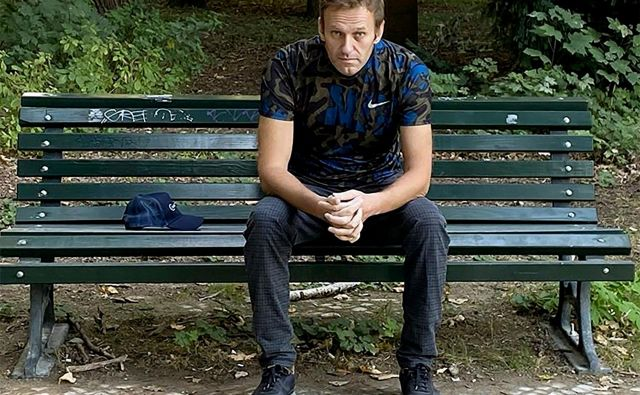 Aleksej Navalni na klopci v Berlinu. FOTO: AFP