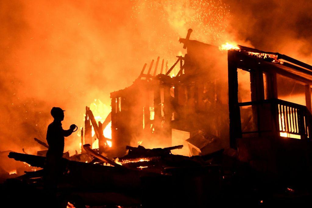 FOTO:Požari ogrožajo domove in življenja v puščavi v okolici Los Angelesa