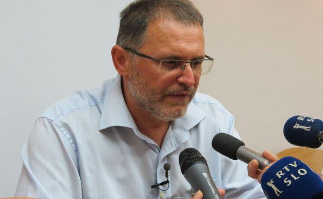 Janez Lavre bi se rad vrnil na direktorsko mesto, a mu svet zavoda včeraj (še) ni izrekel dovolj podpore. Foto Mateja Kotnik