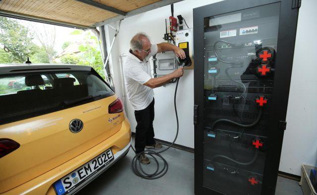 Vse večja uporaba električnih avtomobilov in tudi toplotnih črpalk je izziv za upravljavce elektroenergetskih omrežij. FOTO: Ralph Orlowski/Reuters