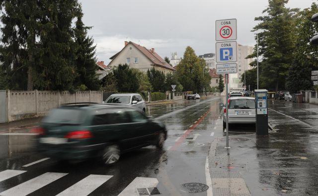 Plačljivo parkiranje za Bežigradom urejata le dva prometna znaka. FOTO: Uroš Hočevar/Delo