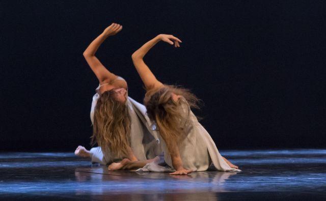 Plesni sestav Carolyn Carlson Company je utripajoč organizem, prostor kreativnosti in svobode, v katerem se prepletata gib in pesniška misel... Na fotografiji: prizor iz predstave Ženske vetra. FOTO: Rosellina Garbo