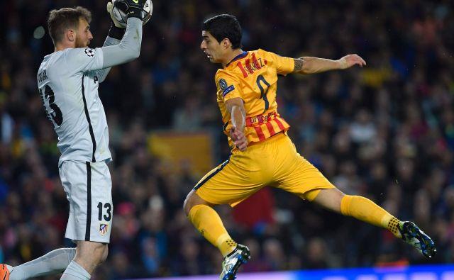 Nič več tekmeca, temveč soigralca. Luis Suarez in slovenski zvezdnik pri madridskem Atleticu Jan Oblak bosta nasprotnika le še na treningih. FOTO: Lluis Gene/AFP