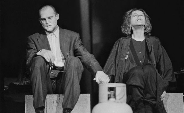 Jovanovićeva psihološka melodrama <em>Zid, jezero </em>o na smrt sprtih zakoncih je bila premierno uprizorjena v sezoni 1988/1989, na sporedu pa tudi v jeseni leta 1990. V glavnih vlogah sta igrala Milena Zupančič in Radko Polič. FOTO: Arhiv SNG Drama Ljubljana