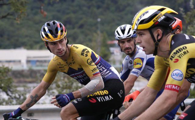 Primož Roglič (levo) in Wout van Aert (desno, v sredini Julian Alaphilippe) sta na Touru delovala usklajeno, danes bosta velika tekmeca. FOTO: Stephane Mahe/Reuters