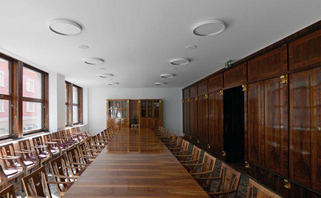 V veliki sejni sobi, ki se je iz Plečnikove stavbe preselila v sosednjo mlajšo Tomažičevo in je tam še danes, sta se od originalne Plečnikove opreme ohranila le omara (na fotografiji desno) in en stol, preostali so replike.