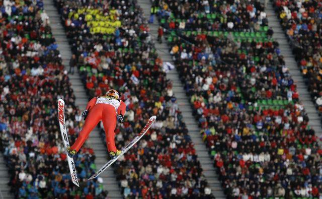 V Oberstdorfu tokrat še zdaleč ne bo takšne množice gledalcev kot ponavadi. FOTO: Kai Pfaffenbach/Reuters