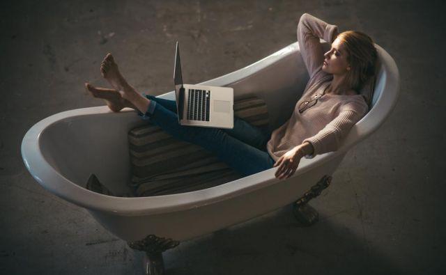 Na milijone ljudi je letos delalo in še vedno dela od doma. FOTO: Shutterstock