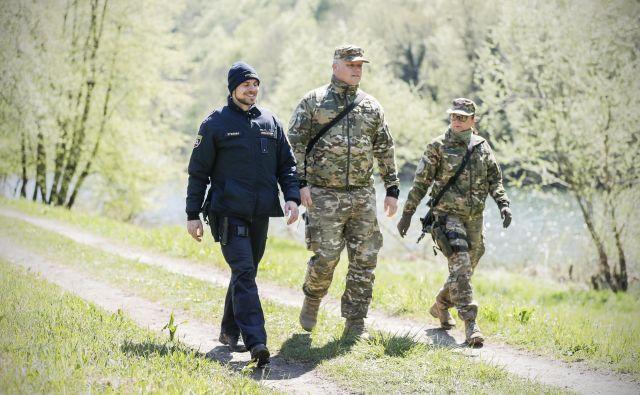 Mešane patrulje policije in vojske so že zdaj stalnica, a minister Hojs ima z vojsko večje načrte. FOTO: Uroš Hočevar/Delo