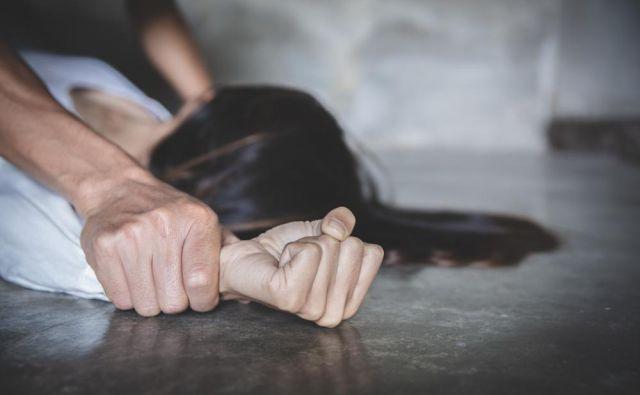 družinsko nasilje Foto Tinnakorn Jorruang/shutterstock