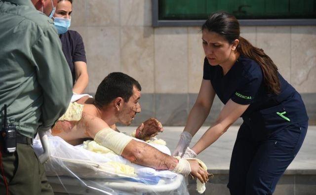 Armenski reševalci pomagajo civilistu, ki je bil ranjen v novi vojni vihri v Gorskem Karabahu. Foto: armensko zunanje ministrstvo/AFP