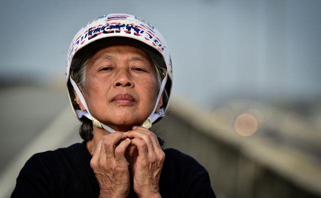 Rolkarji na longboardu so v mrgolečem Bangkoku našli dober kraj za trening, del avtoceste, zaprt za promet. FOTO: Lillian Suvanrumpa/AFP