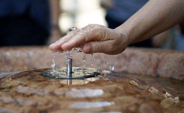 Da se pred pitnikom ali pipo zvrstijo celi razredi s kozarci, traja predolgo. FOTO: Blaž Samec/Delo
