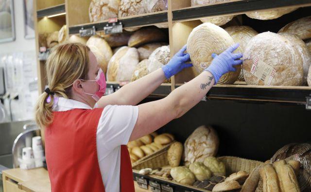 Trgovci pravijo, da si stalno prizadevajo, da bi bilo živil, ki jih je iz različnih razlogov treba zavreči, čim manj. FOTO: Leon Vidic/Delo