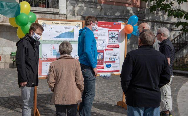 Mladi jedrski strokovnjaki so mimoidočim približali jedrsko energijo in tehnologijo. FOTO: Jan Malec