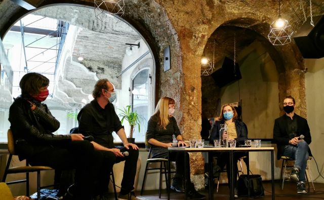 Na pogovoru so sodelovali (z leve) Vlasta Vičič (JAK), Igor Divjak (Vrabec Anarhist), moderatorka Luna Jurančič Šribar, Valentina Plahuta Simčič (Air Beletrina) in Andrej Hočevar (LUD Literatura).Foto Igor Bratož