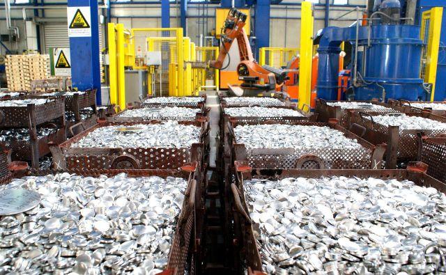 Proizvodnja rondelic, delno proizvedenih iz industrijskega odpadnega aluminija, je prvi korak k nizkoogljični embalaži, proizvedeni s tehnologijo protismernega iztiskovanja. FOTO: Talum