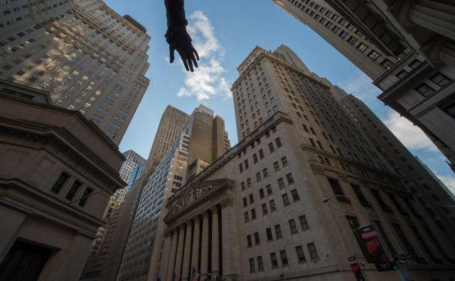 Nevidna roka trga? Ne, to je del spomenika Georgeu Washingtonu pred poslopjem borze v New Yorku. FOTO: Bryan R. Smith/AFP