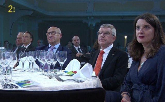 Ministrica Simona Kustec na dobrodelni prireditvi Olimpijskega komiteja, kjer so pozabili na maske. FOTO: RTV Slovenija, zajem zaslona