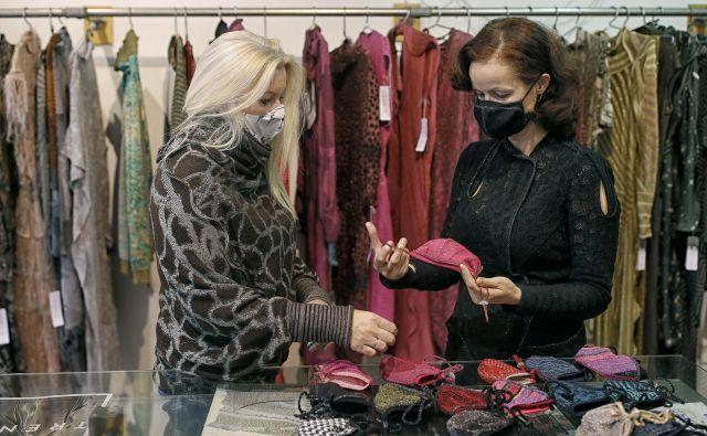 Povpraševanje po modnih zaščitnih maskah se je po spomladanskem valu zdaj spet začelo povečevati.<br /> FOTO: Blaž Samec/Delo