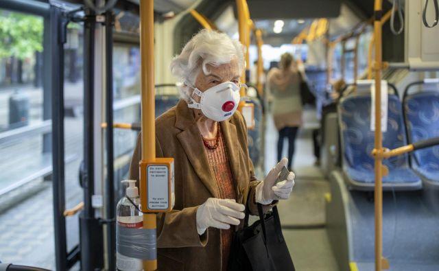 Na ministrstvu so po sklepu vlade začeli pripravljati uredbo, ki bi ranljivi starejši generaciji omogočila, da najnujnejše poti z javnim prevozom opravi z manj stiki z drugimi. FOTO: Voranc Vogel/Delo