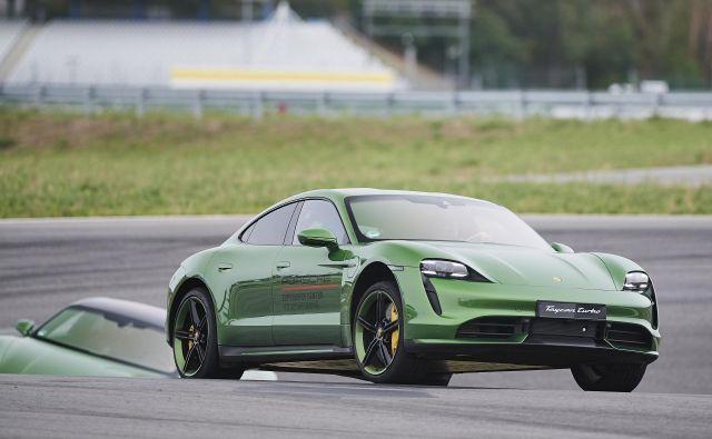 Taycan je električni športnik slovite nemške znamke Porsche, pripravljen v različnih izvedbah moči, in seveda ni poceni. Foto Porsche