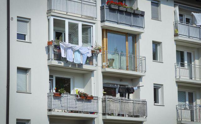 Tudi po prenovi ima vsako stanovanje drugačno zasteklitev in okenske okvirje, da o premičnih elementih ne govorimo. FOTO: Jože Suhadolnik/Delo