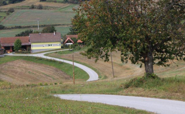 Kričeče barve v lepi pokrajini Goričkega, uporabljene brez občutka za tradicijo in za lepo.