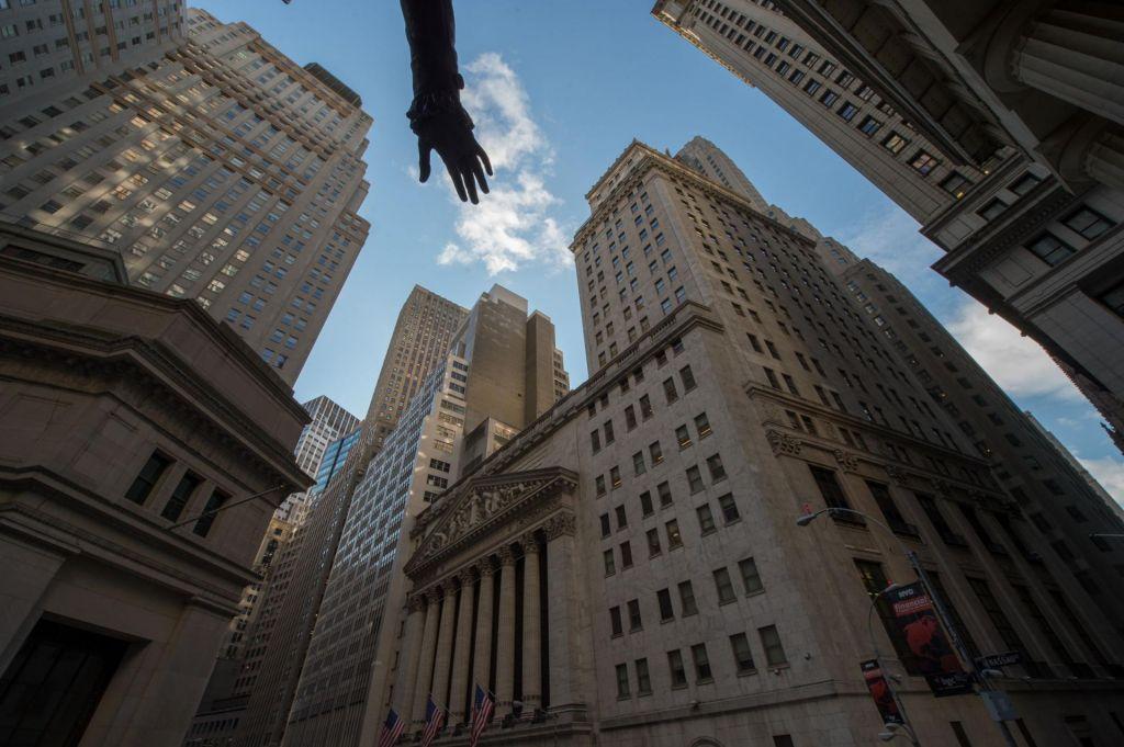 Volatilnost trga se krepi, dolar pa slabi