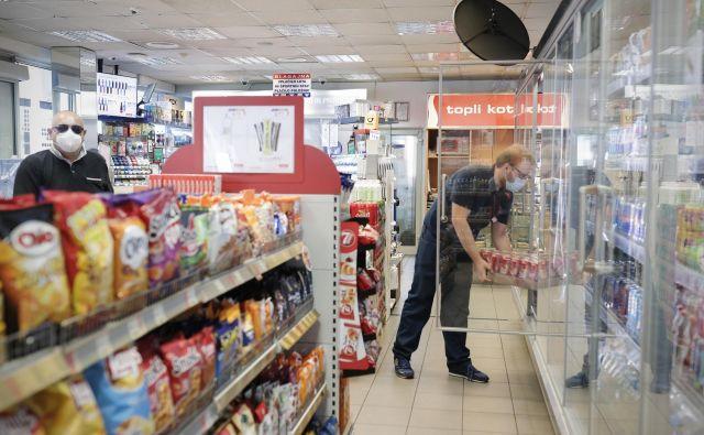 Po novem ob nedeljah po mleko in sveže žemlje na bencinski servis. FOTO Uroš Hočevar/Delo