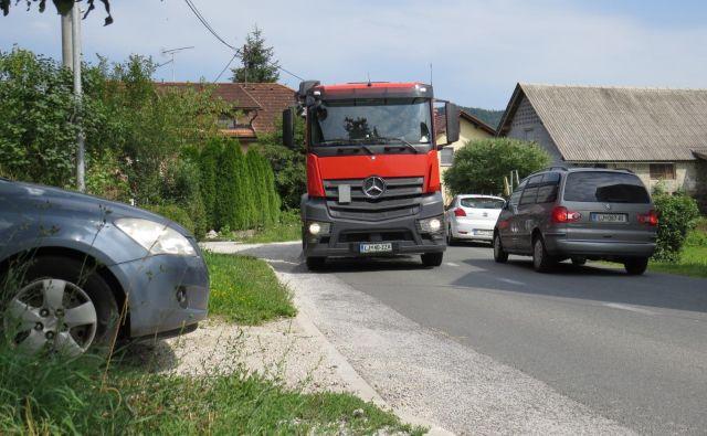 Na ovinkasti cesti se skoraj ni mogoče varno vključiti v promet.<br /> FOTO: Bojan Rajšek/Delo