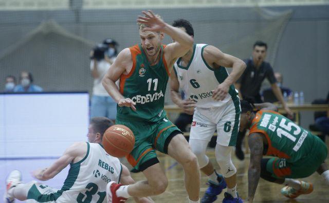 Na superpokalni tekmi v Kranju košarkarji Cedevite Olimpije in Krke niso varčevali z močmi. FOTO: Blaž Samec