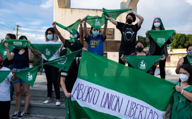 Podporniki pravice do odločitve za splav so se v ponedeljek ob dnevu varnega splava zbrali v San Salvadorju. FOTO: Yuri Cortez/AFP