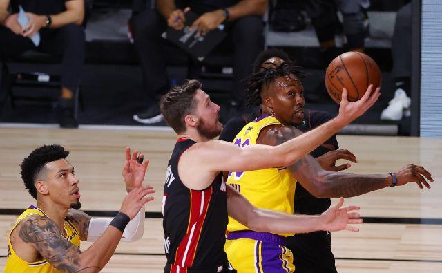 Miamijeva prva finalna tekma končnice NBA v Orlandu se je spremenila v nočno moro. Košarkarji LA Lakers so prepričljivo premagali moštvo s Floride, ki je bržkone izgubilo slovenskega zvezdnika do konca serije zaradi poškodbe. FOTO: Kevin C. Cox/AFP
